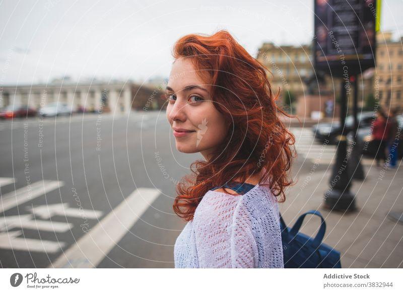 Rothaarige Frau auf der Straße in der Stadt Zebrastreifen rote Haare Rotschopf Großstadt Verkehr Vorschein Saint Petersburg Russland russische föderation Stil