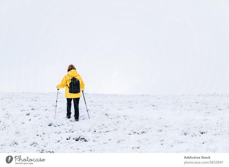 Unbekannter Reisender in den Bergen im Winter Berge u. Gebirge Schnee Trekking Wanderung Mast Natur Hochland Bergsteiger Pyrenäen-Berge Andorra Wanderer