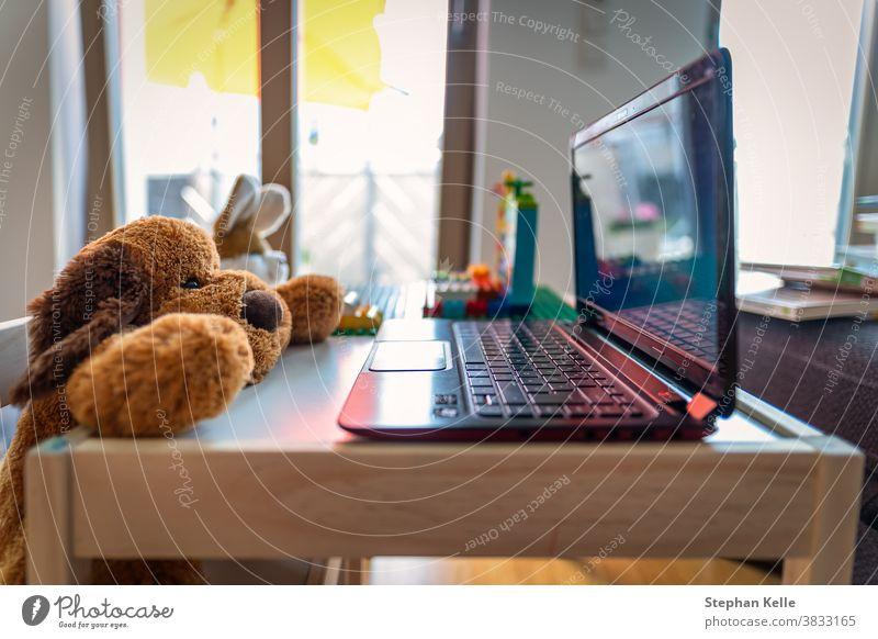 Lustige Homeoffice-Landschaft mit einem Stoffteddy und seinem Freund, einem Kaninchen, das an einem Laptop arbeitet. niedlich Arbeit lehren zeigen heimwärts