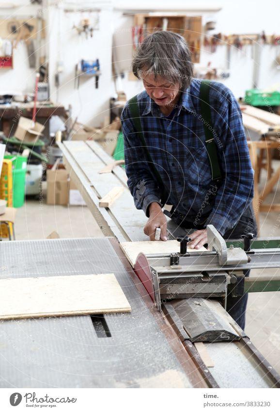 Die Berufung Tischlerei Maschine Holzwerkstatt Arbeit Arbeitsplatz Leidenschaft konzentriert Konzentration Holzbearbeitung Kreissäge Hemd grauhaarig werkzeug