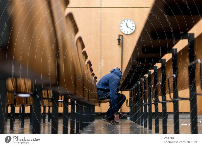 Enttäuschung Mensch Jugendliche Junger Mann Körper maskulin Uhr sitzen Erfolg Perspektive lernen Studium Bildung Student Erwachsenenbildung Müdigkeit Karriere