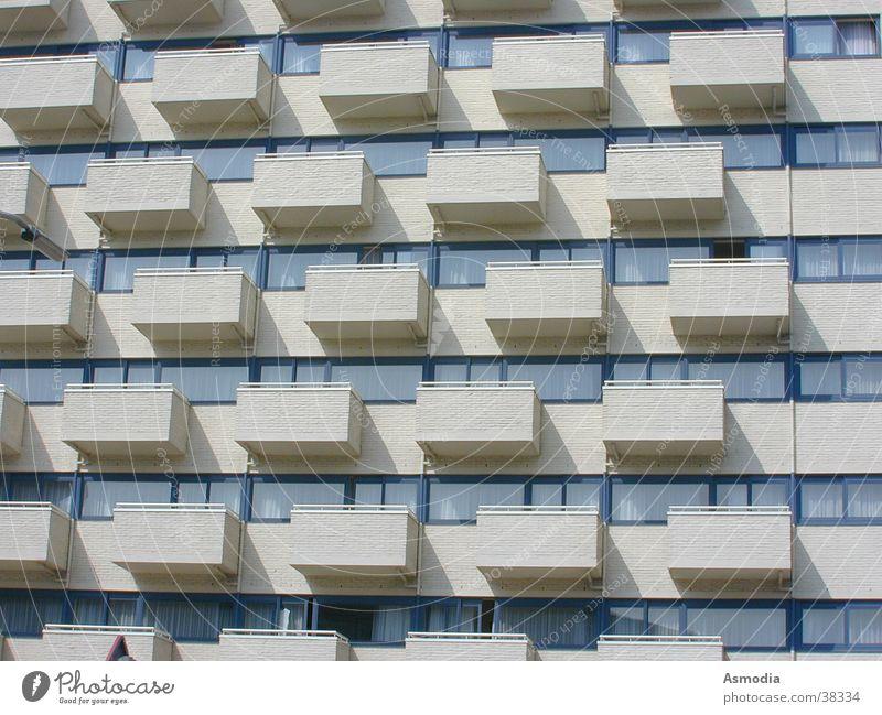 Balkonia Sonne Haus Mauer Architektur einzigartig Balkon Reihe Eindruck regelmässig Schlagschatten