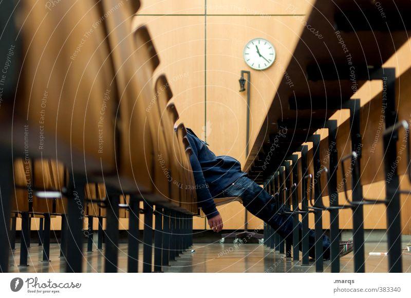 Sitzenbleiber Mensch Jugendliche Erholung Einsamkeit Junger Mann Körper maskulin Uhr sitzen Erfolg Perspektive lernen Studium Bildung Student Erwachsenenbildung