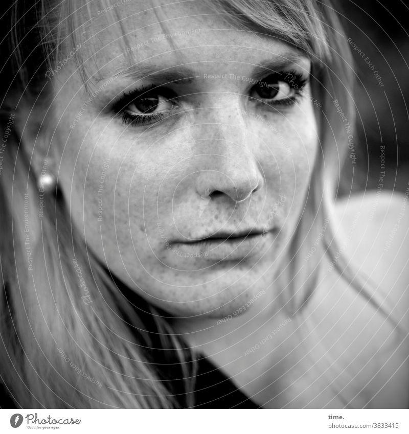 Mirika frau blick blond ohrring langhaarig feminin konzentration direkt straight prüfend schulter