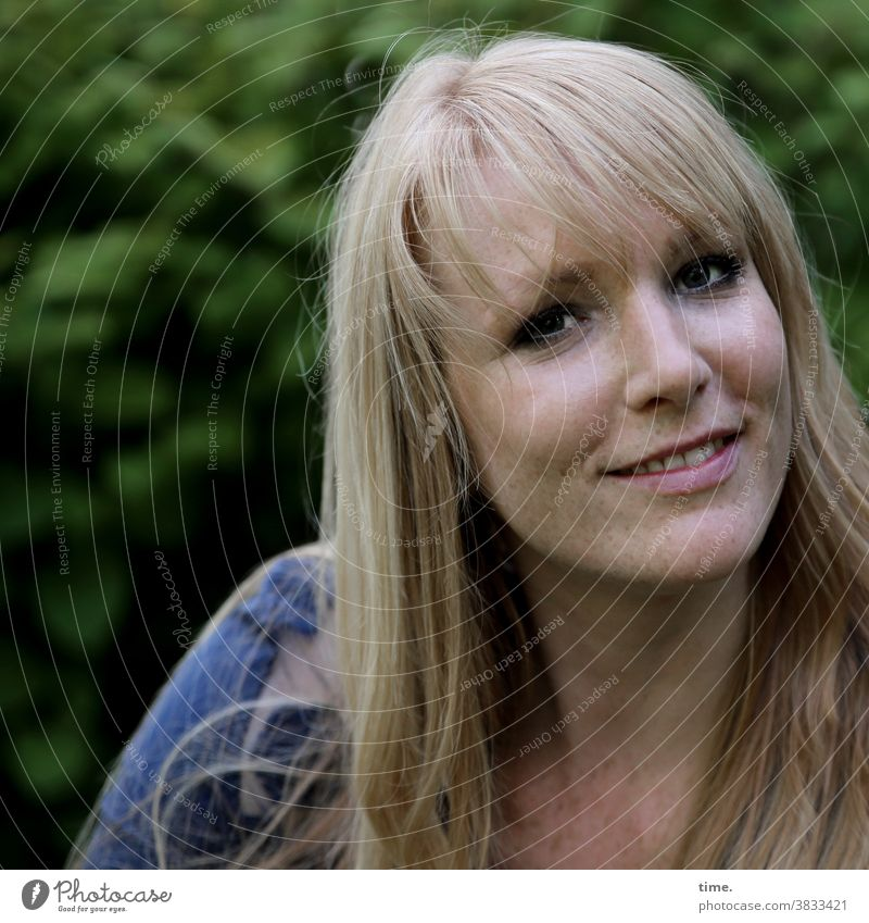 Mirika Porträt Nahaufnahme Außenaufnahme Farbfoto Neugier Leben Wachsamkeit schön Blick beobachten langhaarig blond T-Shirt Park feminin fröhlich zufrieden