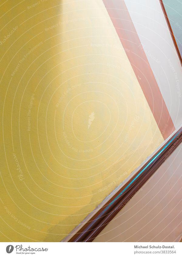 Treppenraum mit Holzgeländer in warmen Farben Minimal grafisch farben formen Geometrie abstract grafik abstrakt quadrat harmonie treppe haus treppenhaus gelb