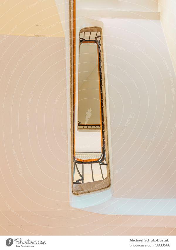Treppenauge im weißen Haus Minimal grafisch farben formen Geometrie abstract grafik abstrakt quadrat harmonie treppe treppenhaus geländer holz Decke urbex