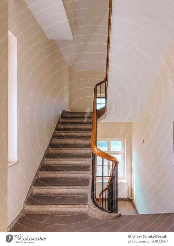 Weißes Treppenhaus mit Holzgeländer Minimal grafisch farben formen Geometrie abstract grafik abstrakt quadrat harmonie treppe treppenhaus lost place urbex