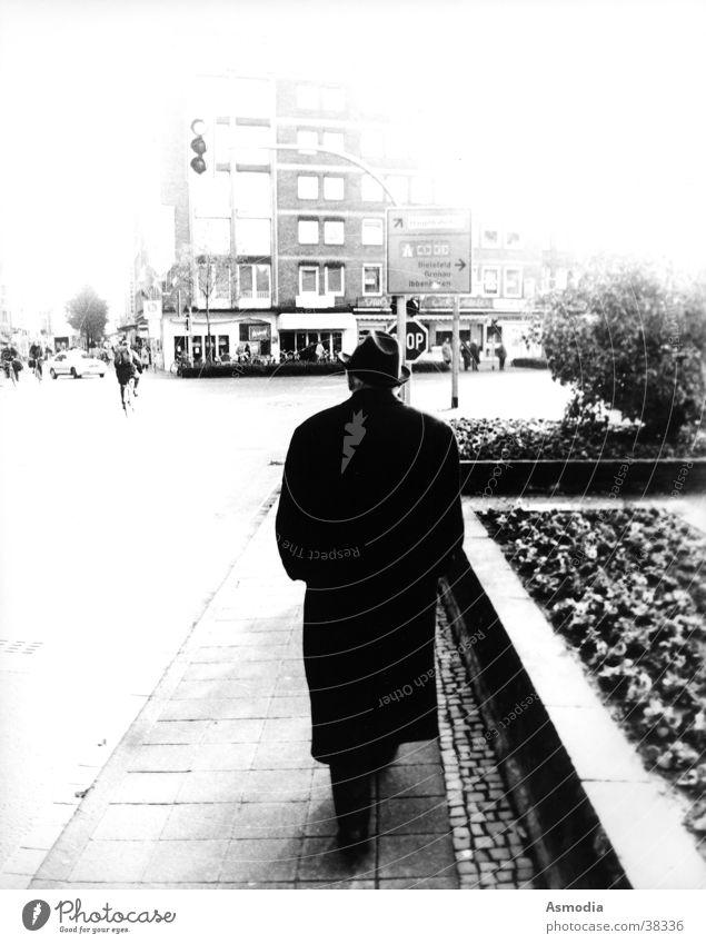 Man in Black schwarz weiß Mann Spaziergang Mantel ungewiss Zukunft Schwarzweißfoto Straße Hut Schilder & Markierungen Mischung MIB Man in black abgefächert