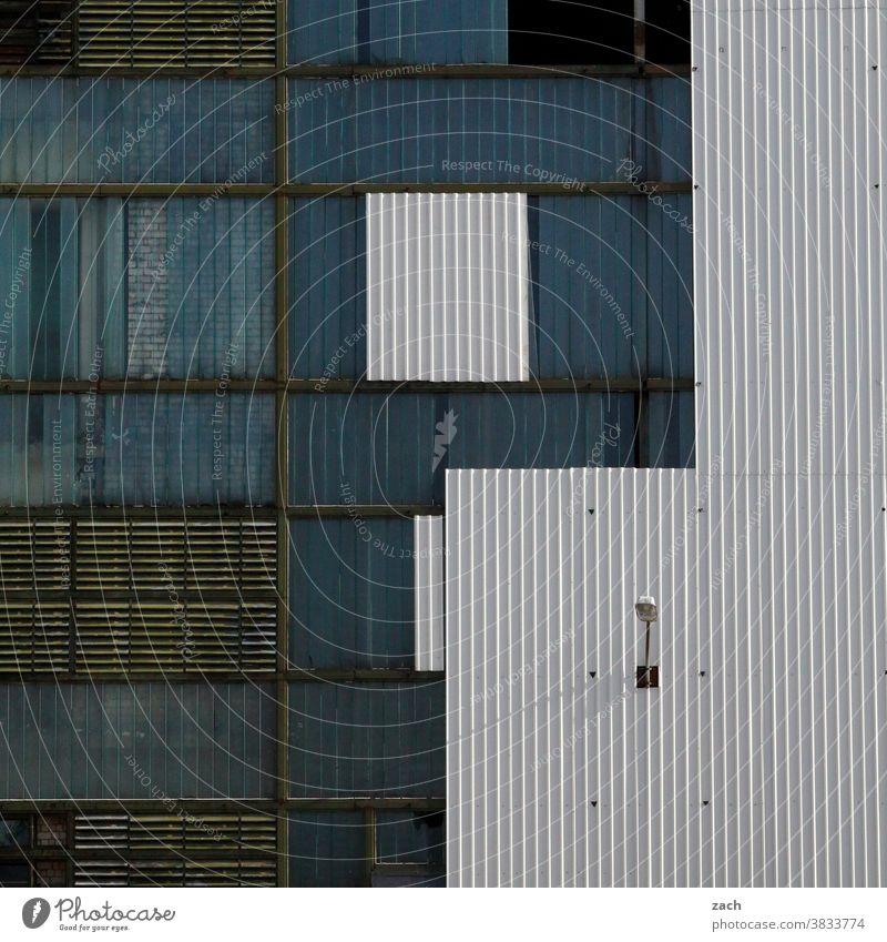 Tetris Gebäude Industrie Industrieanlage Industriegelände Industriefotografie Fassade Fabrik Fabrikhalle blau weiß Linie Linien Strukturen & Formen Geometrie