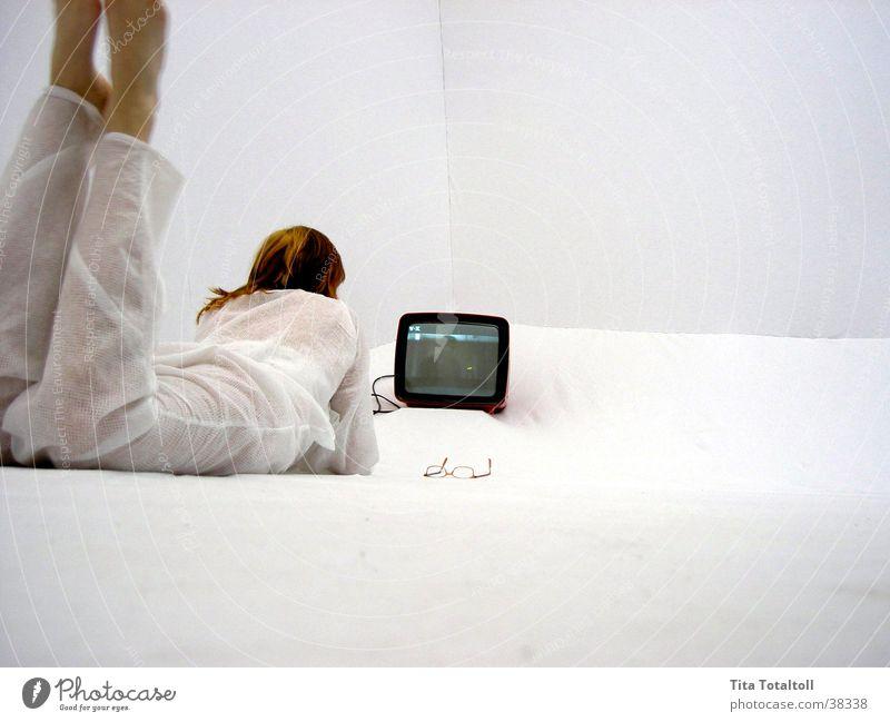 tita telly Frau weiß Raum Fernsehen liegen Medien