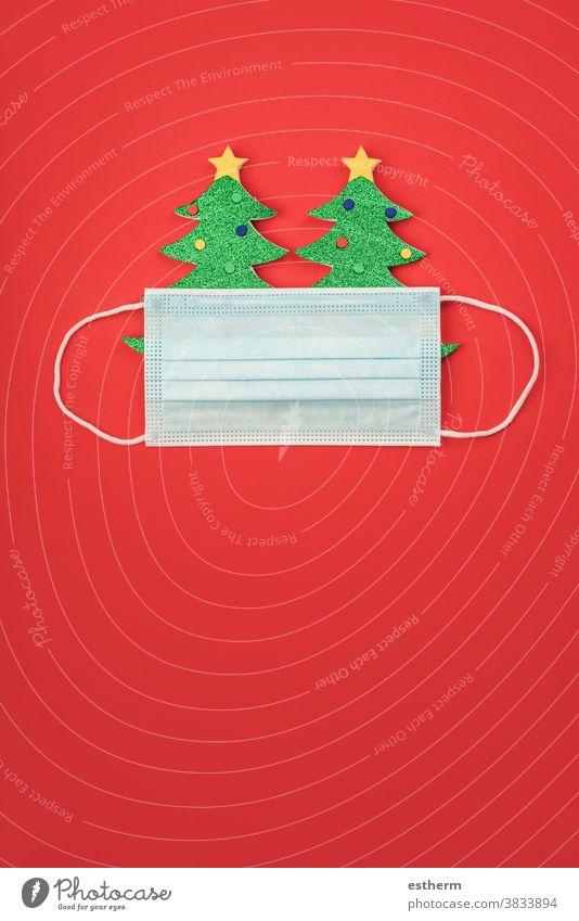 Fröhliche Weihnachten.weihnachtlicher Konzepthintergrund.Weihnachtsbaum mit chirurgischer Schutzmaske Weihnachtsmann Coronavirus Transparente