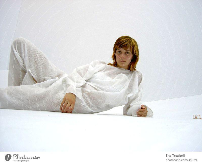 nadin_pose_1 Frau weiß Raum