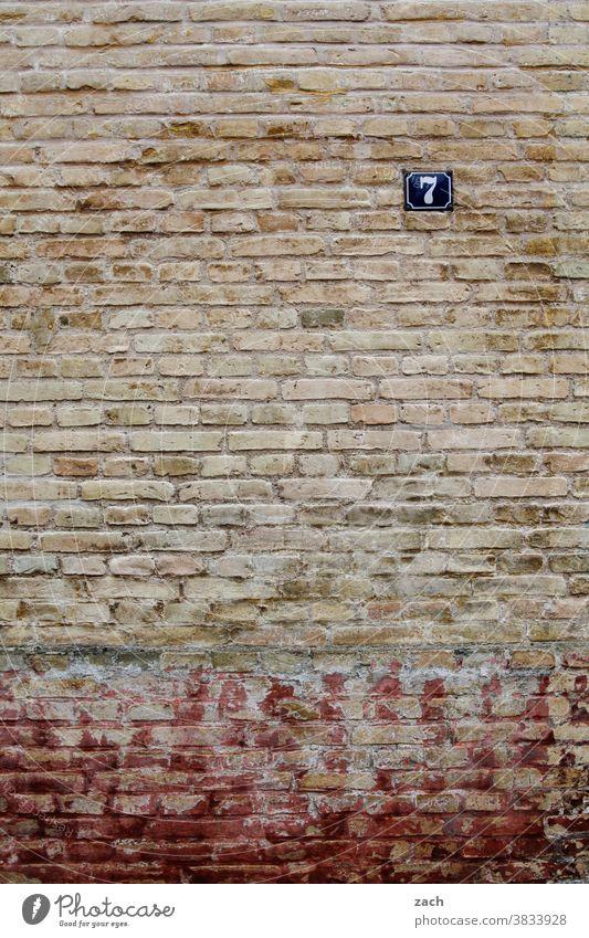 Nummer 7 Fassade Backstein Wand Mauer Haus Stein rot Bauwerk Architektur Linie Strukturen & Formen Backsteinwand alt Backsteinfassade Fenster Sieben Zahl