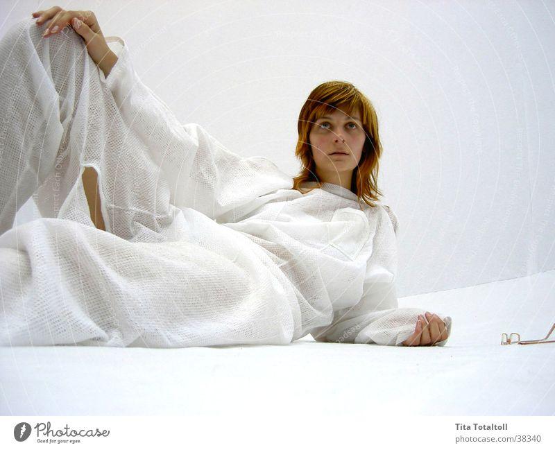 nadin_pose_2 Frau weiß Raum