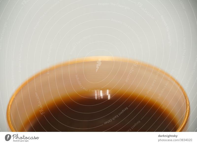 Mokka in einer traditionellen Mokkatasse mit Goldrand aus feinem Porzellan Detail Kaffe Muster Nahaufnahme Kaffee Espresso Hintergrund Tasse Getränk