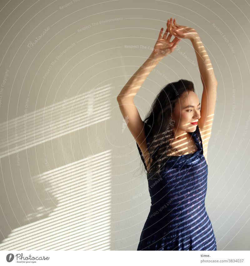 Sirinya portrait langhaarig dunkelhaarig kleid freundlich fröhlich entspannt sonnenlicht schatten streifen lichtstreifen profil