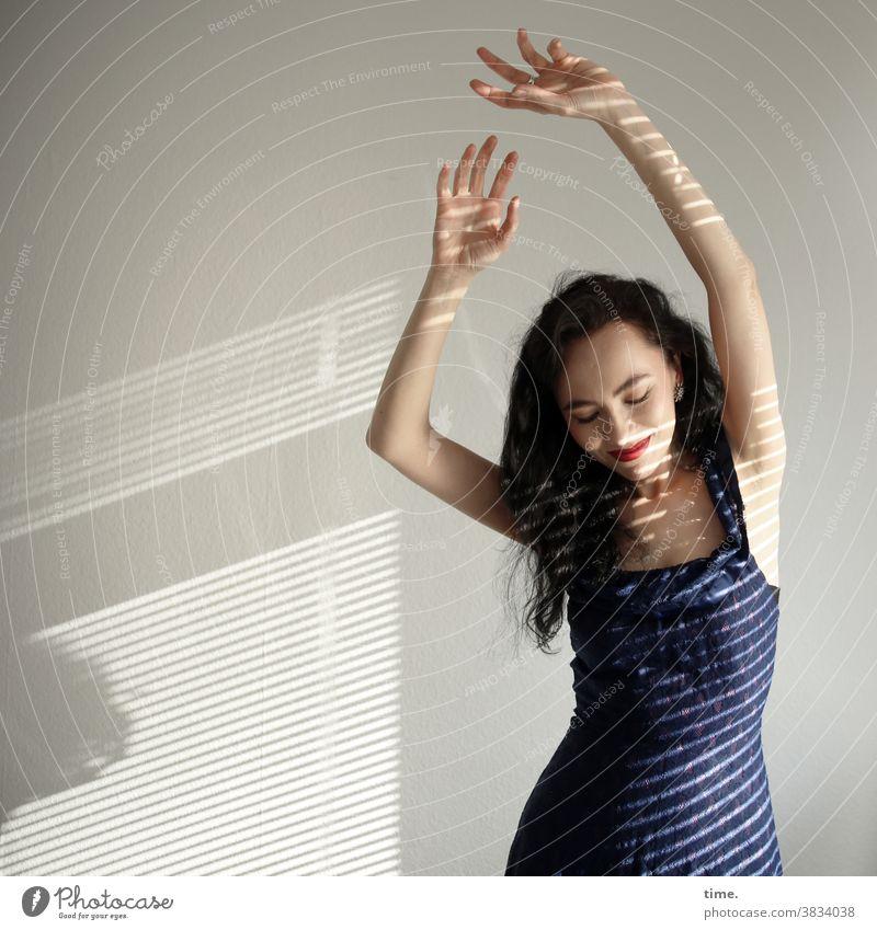 Sirinya tanzen langhaarig lichtstreifen schatten sonnenlicht entspannt freundlich kleid dunkelhaarig portrait bewegen sinnlich körperlich lächeln