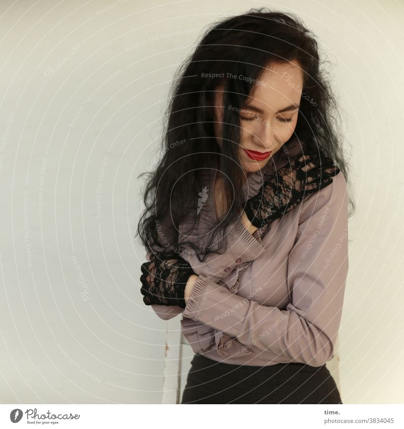 Sirinya halten dunkelhaarig langhaarig pullover frau handschuhe geschlossene augen lächeln wohlfühlen sitzen szuhl schutz sicherheit