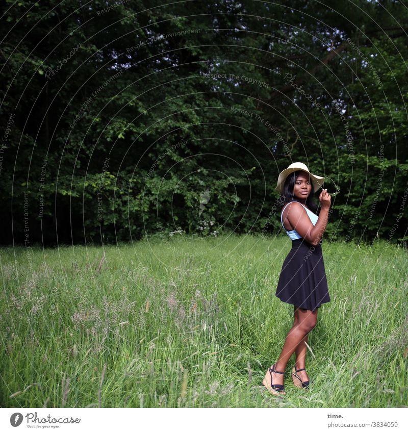 Idoresse schwarzhaarig langhaarig Hut Rock T-Shirt Gürtel Wald stehen wiese warten Heels schön selbstbewußt ästhetisch Inspiration Kontrolle Konzentration Natur