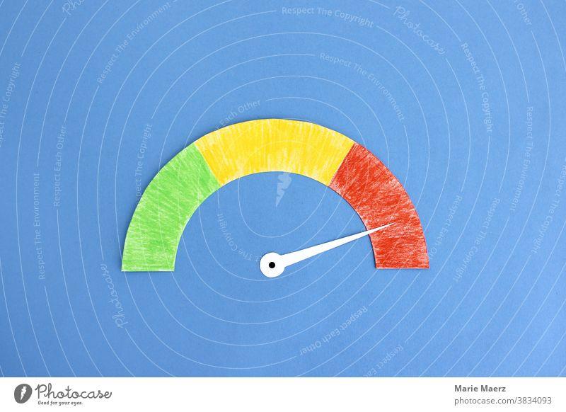 Tachometer im roten Bereich Anzeige Auslastung Geschwindigkeit Grafik u. Illustration Zeiger. Zifferblat Hintergrund neutral Textfreiraum oben minimalistisch