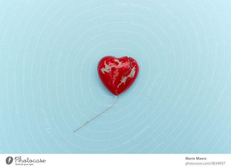 Gebrochenes Herz Liebe Liebeskummer gebrochen Riss Schmerz Trennung Einsamkeit Enttäuschung Traurigkeit Farbfoto rot Scheidung Partnerschaft Gefühle Trauer