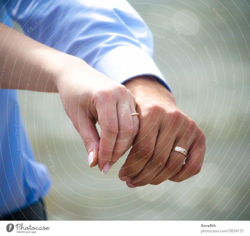 Hände von verheirateten Männern und Frauen mit Ringen Erwachsener Verlobung Hintergrund Pflege Feier schließen Nahaufnahme Mitteilung Konzept Auftrag Paar