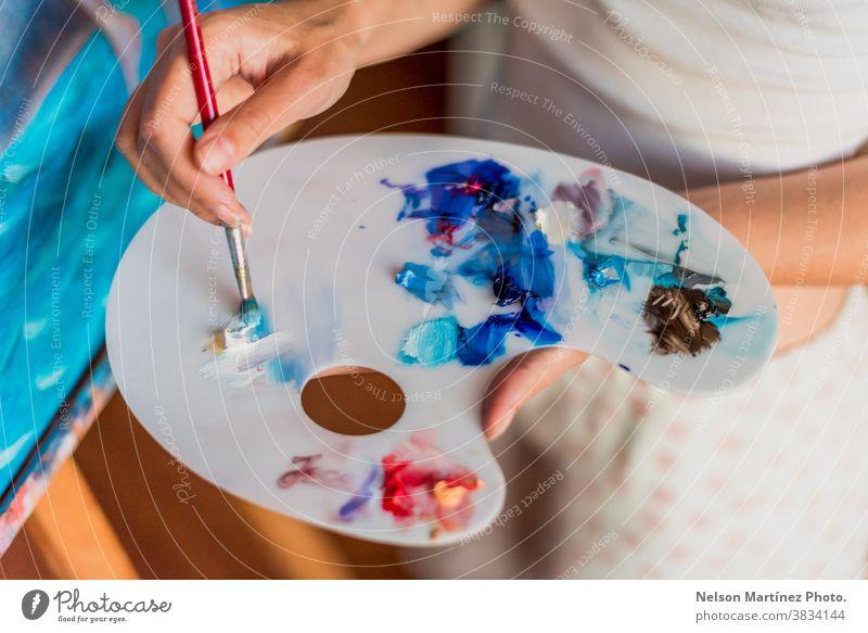 Künstler mit Ölfarben auf einer Palette mit verschiedenen Farben. handgefertigt Bürsten Anstreicher Malerei Kunst Kreativität Design Leinwand Zeichnung