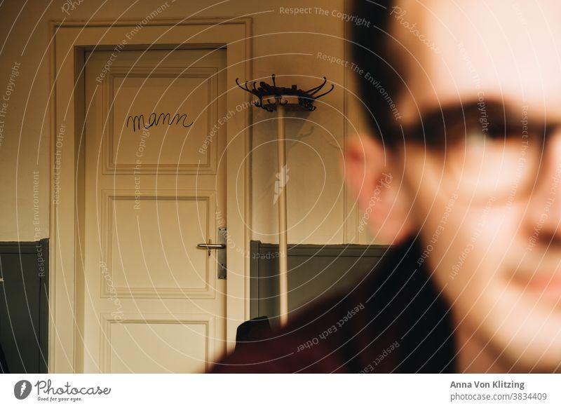 Mann Mann Männer Tiefenunschärfe Unschärfe Erwachsener männlich Person eine Person Gender Brille Café Freizeit drinnen Tür Menschen Vordergrund unscharf