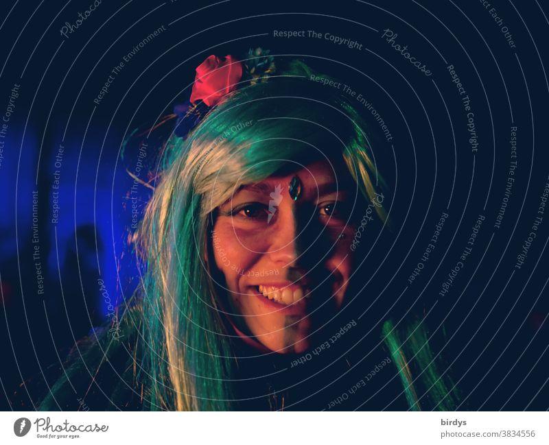 Lachende, junge Frau mit bemaltem Gesicht und bunten , langen Haaren. Portrait Porträt Gesichtsbemalung Schönheit lächeln lange Haare junge erwachsene positiv