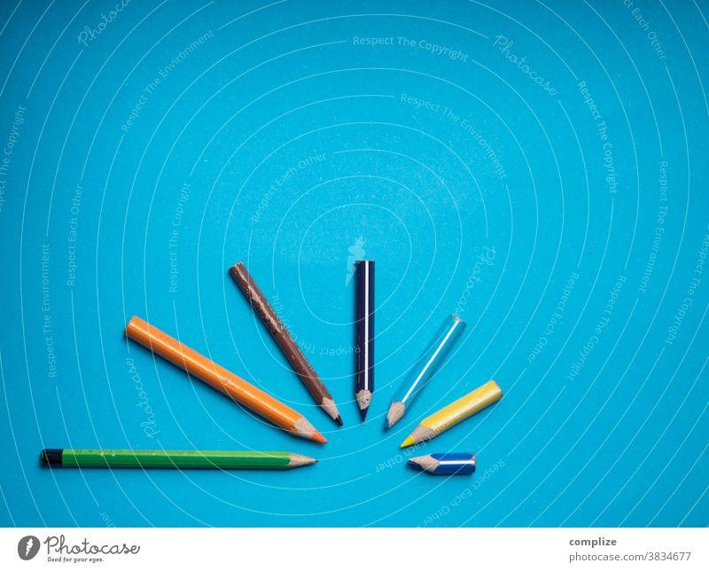Bunter Stift Bogen bunt Buntstifte malen Inspiration kita Statistik abfallend Kurve farbpalette farbenfroh blau copyspace copy space Platz bildhintergrund