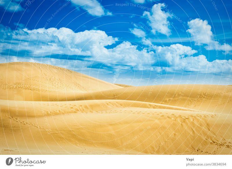 Wüste mit Sanddünen und Wolken am blauen Himmel wüst Dunes Düne Hügel natürlich Landschaft Reserve Kanarienvogel Maspalomas Oma Spanien Natur reisen Sommer