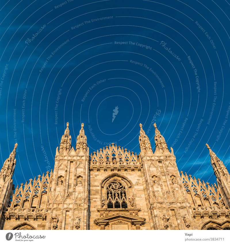 Sonnenuntergangs-Ansicht der Mailänder Dom-Kathedrale Mailand Duomo Tempel piazza Italien Kirche gotisch Großstadt Abend Sonnenaufgang Kunst Architektur alt