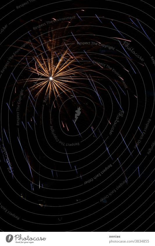 Ein leuchtender Stern vom Feuerwerk am dunklen Himmel Sylvester Explosion Licht Silvester u. Neujahr Nacht Feste & Feiern Pyrotechnik Nachthimmel dunkel moody