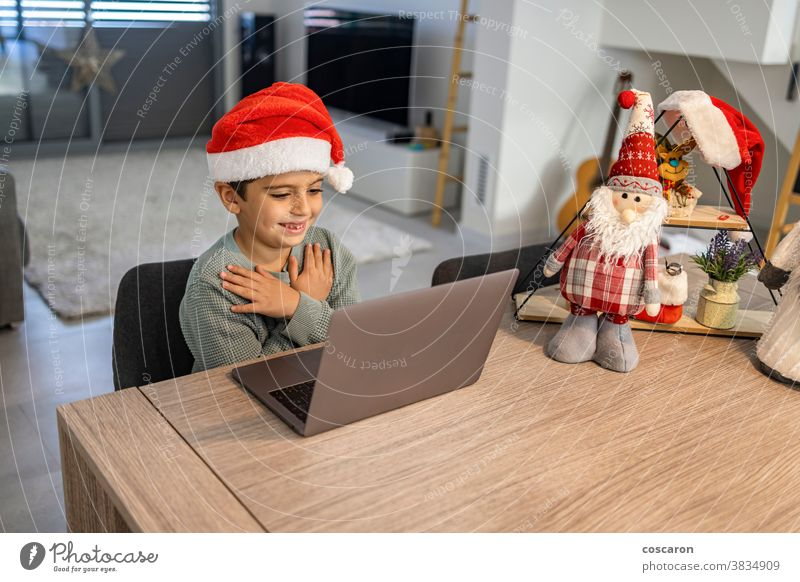 Kleiner Junge macht zu Weihnachten einen Videoanruf mit der Familie allein Anruf Fotokamera Feier Talkrunde Kind Kindheit Kinder Claus Mitteilung Computer
