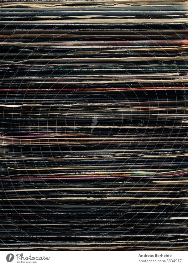 Nahaufnahme von altem Vinyl Single spielen texturiert Erinnerungen diskjokey gerissen altehrwürdig Alterung farbenfroh Haufen Gesang Kratzen Hintergrund