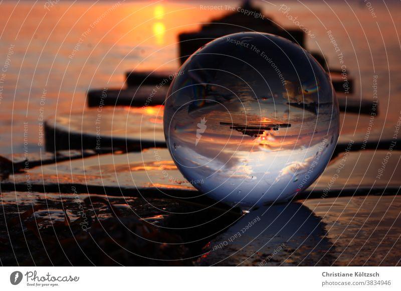Sonnenuntergang in der Glaskugel am Meer von Hiddensee Glaskugelfotografie Strand Buhnen Wärme Dynamik Küste Ostsee Wolken Landschaft Hobbyfotografie