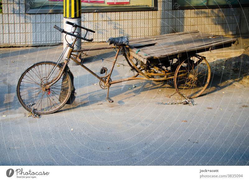 gesichertes gebrauchtes Lastenrad Fahrrad Dreirad Lastenfahrrad rostig Verfall Nostalgie abgenutzt Parkplatz Verkehrsmittel Güterverkehr & Logistik retro
