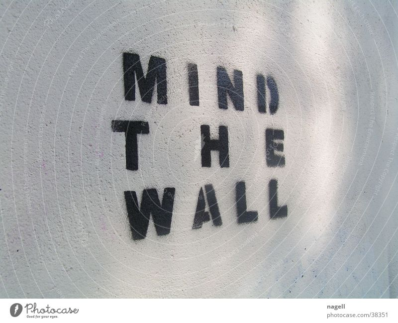 Mind the wall Mauer Graffiti Information Tagger Fototechnik Wandmalereien