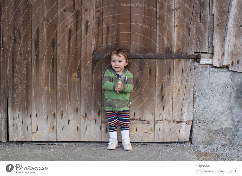 Jetzt wird wird wieder in die Hände gespuckt Kind Beton Holz stehen Freundlichkeit Fröhlichkeit Glück braun mehrfarbig grau Zufriedenheit Farbfoto Außenaufnahme