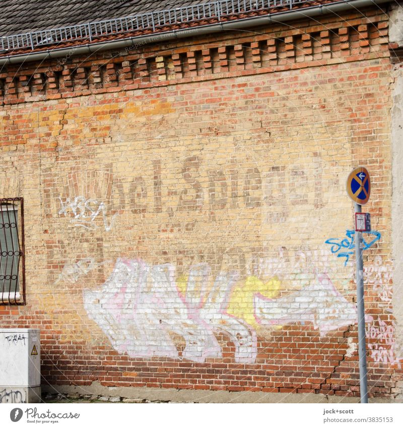 Möbel, Spiegel und Polsterwaren Fassade Vergangenheit Werbung Nostalgie Zahn der Zeit Beschriftung verwittert klinker Wandel & Veränderung absolutes halteverbot