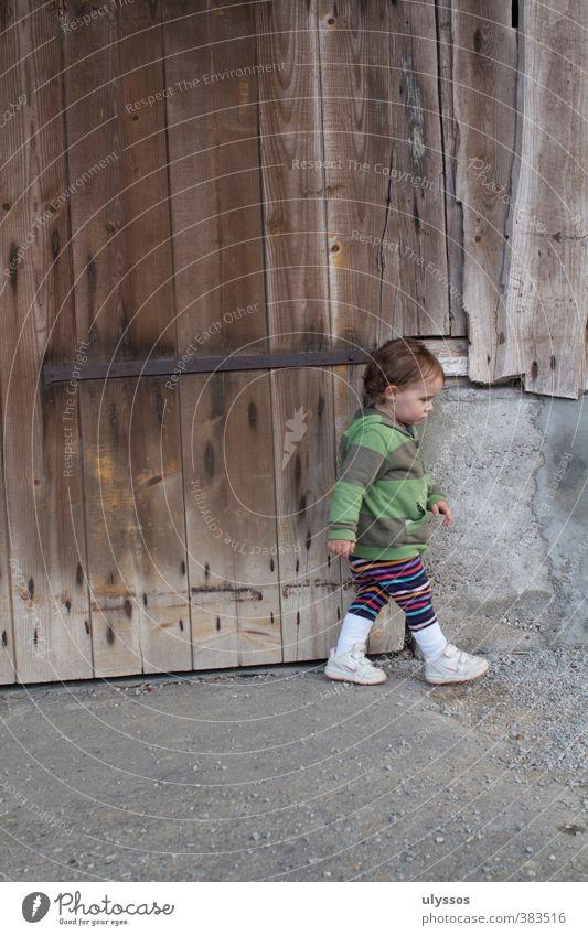 Ich gehe Kleinkind Mädchen 1-3 Jahre Turnschuh brünett Beton Holz gehen braun mehrfarbig grau Kindheit Farbfoto Außenaufnahme Textfreiraum oben