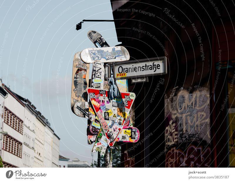 Kunst der Straße, Kreuzberg Straßenkunst Verkehrszeichen Verkehrsschild Straßennamenschild Sammlung Etikett Zeichen außergewöhnlich einzigartig viele trashig