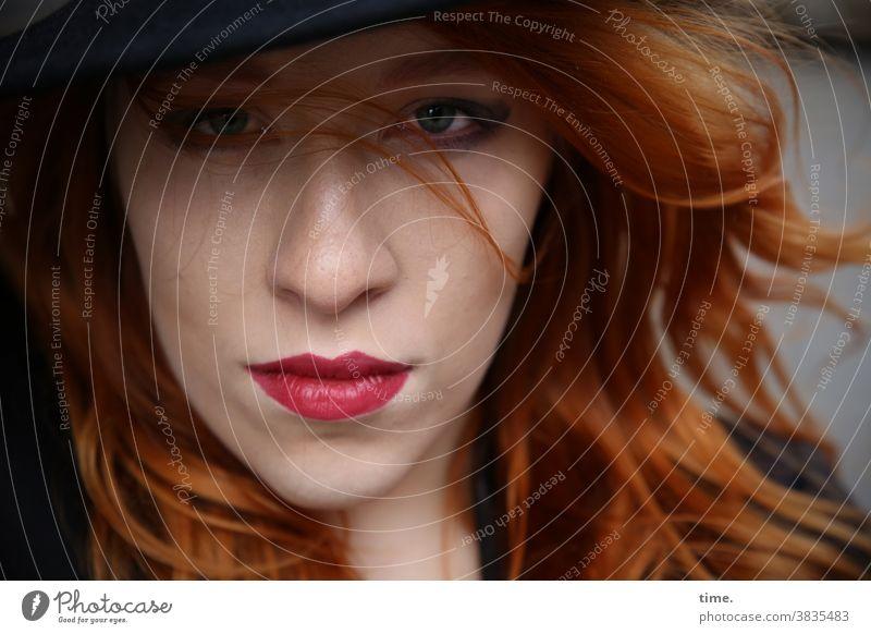 Anastasia schauspielerin Konzentration kritisch Inspiration Kreativität skeptisch schön langhaarig rothaarig Hut Frau feminin Porträt Vorderansicht intensiv