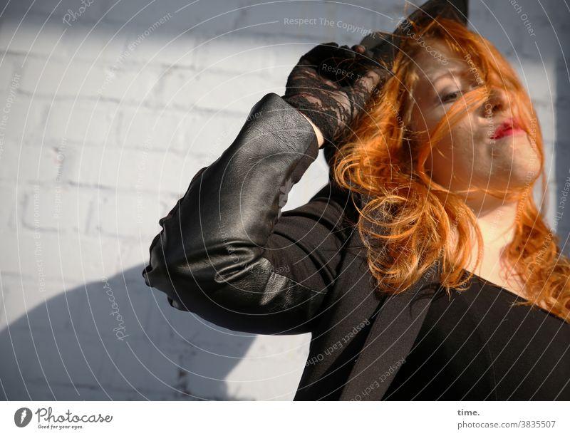 Anastasia Vorderansicht Porträt jacke feminin Frau Hut rothaarig langhaarig bewegung drehung Leidenschaft wild schön festhalten skeptisch Kreativität kritisch