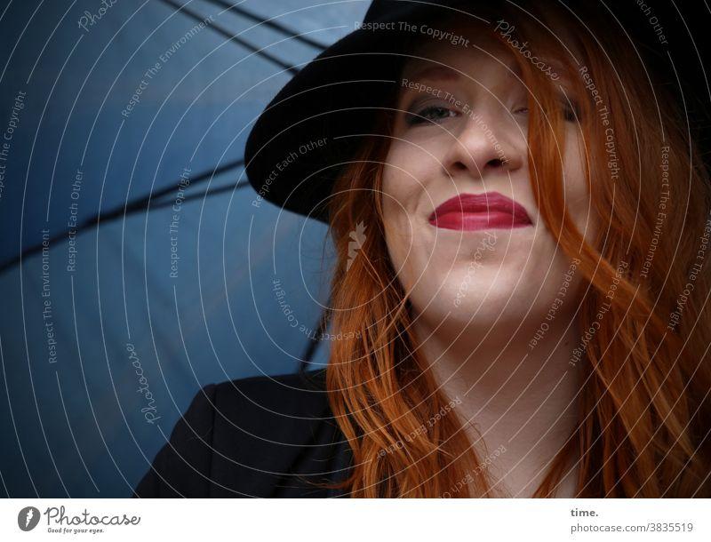 Anastasia Porträt schön warten Blick langhaarig rothaarig feminin künstlerin schauspielerin beobachten schauen Schirm lächeln huz stolz Gute Laune