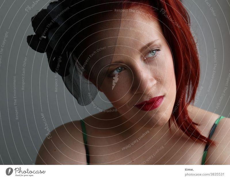 Anastasia Porträt Farbfoto Zeit Gefühle schön warten träumen Blick langhaarig rothaarig Schleier feminin geheimnisvoll künstlerin schauspielerin zopf beobachten