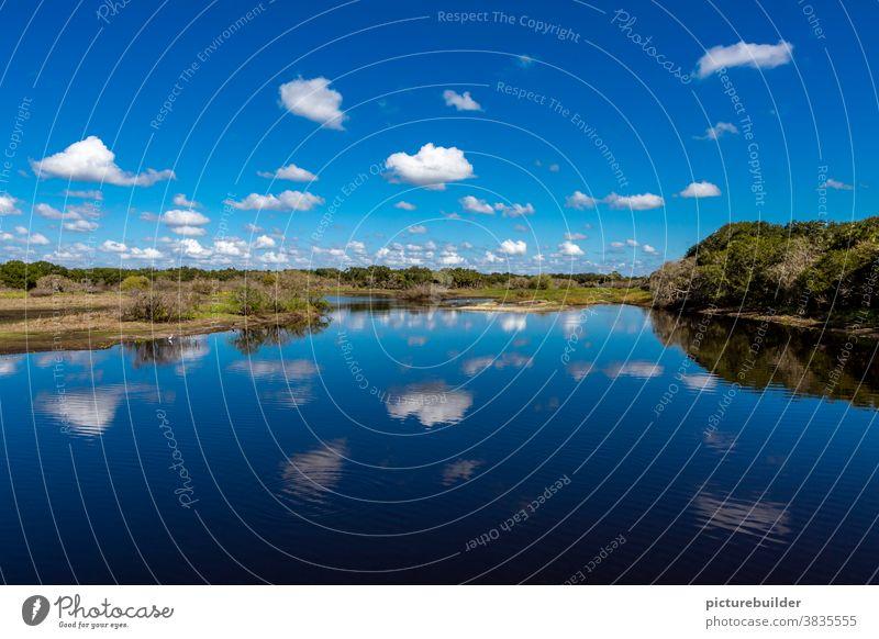 Landschaft bei blauem Himmel und schönen Wolken Wasser Spiegelung Wald Ufer weiß Reflexion & Spiegelung See Natur ruhig Außenaufnahme grün Menschenleer Seeufer