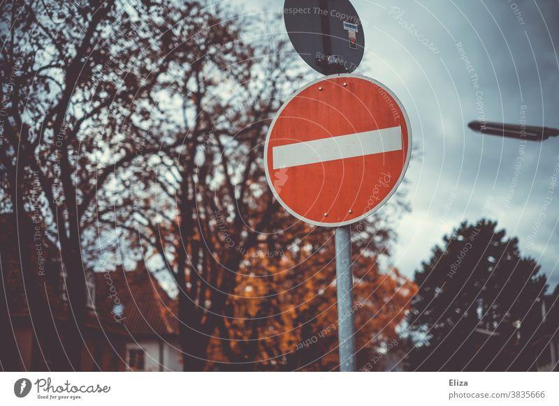 Einfahrt verboten Verkehrsschild. Einbahnstraße. Verkehrszeichen Hinweisschild Straßenverkehr Herbst Verbote