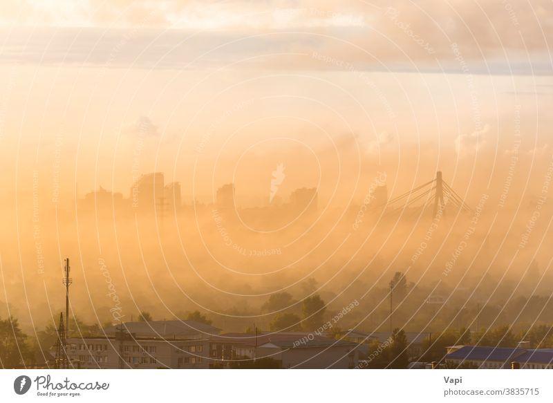 Sonnenuntergang in Stadt mit Nebel Großstadt Skyline urban Gebäude Stadtzentrum Wolken Ansicht Architektur Himmel Stadtbild Wolkenkratzer Landschaft